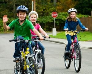 La sonrisa de un niño paseando en su bici.